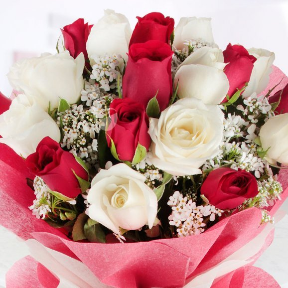 10 Red Roses and 10 White Roses Bouquet in Zoomed View