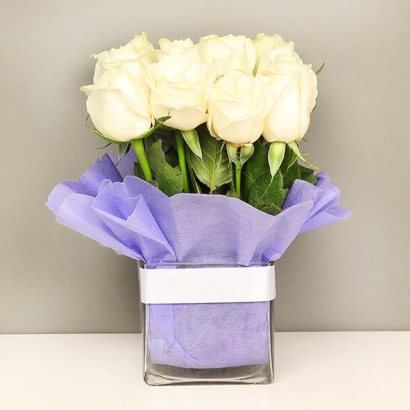 15 White Roses in Glass Vase