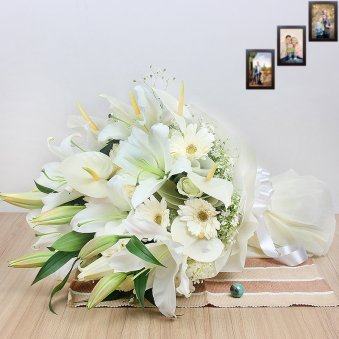 12 Mixed White Flowers in Horizontal View