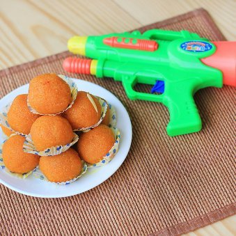 A combo having pack of Motichoor Laddoo and a water gun